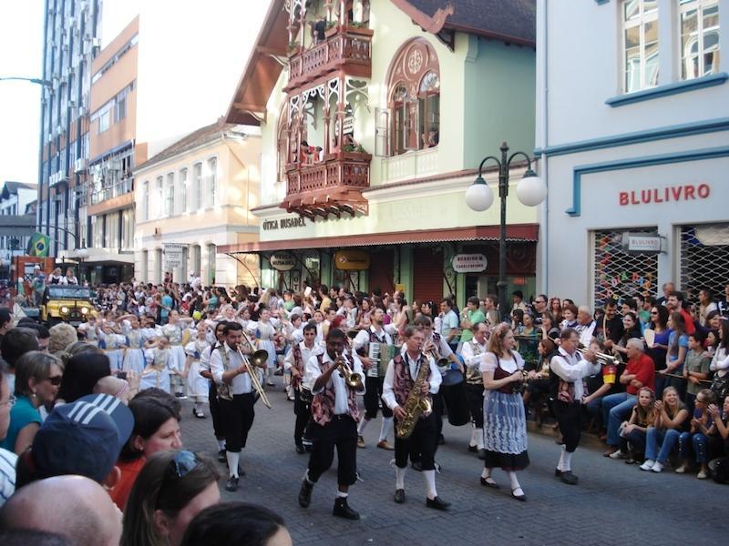 Umzug beim Oktoberfest in Blumenau